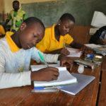 Enfants qui étudient à l'école