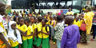 les enfants qui sortent du bus scolaire